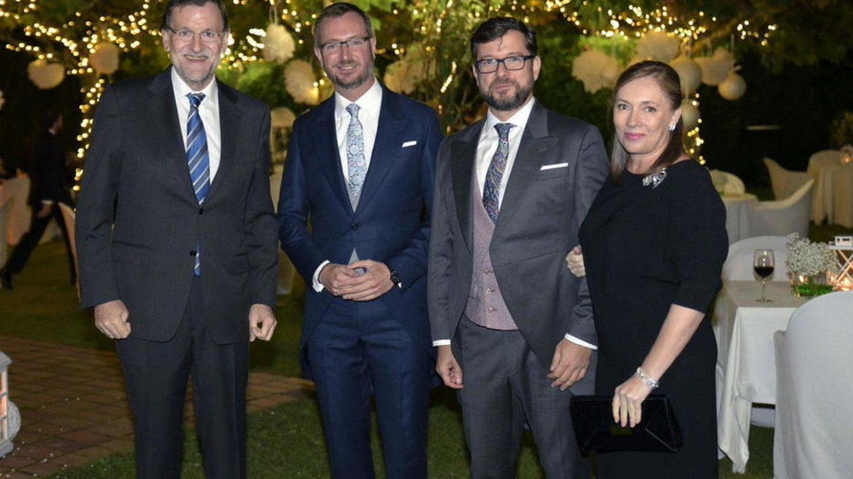 Foto: Rajoy bailó la conga y Soraya cantó por Nino Bravo: así fue la boda de Maroto