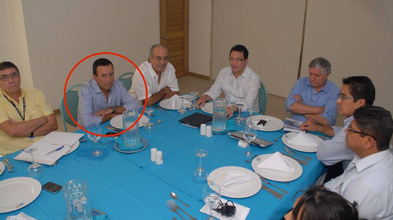 Diego García Arias, con un círculo. A su derecha, Edmundo Rodríguez Sobrino, expresidente de Inassa. ('En Blanco y Negro')