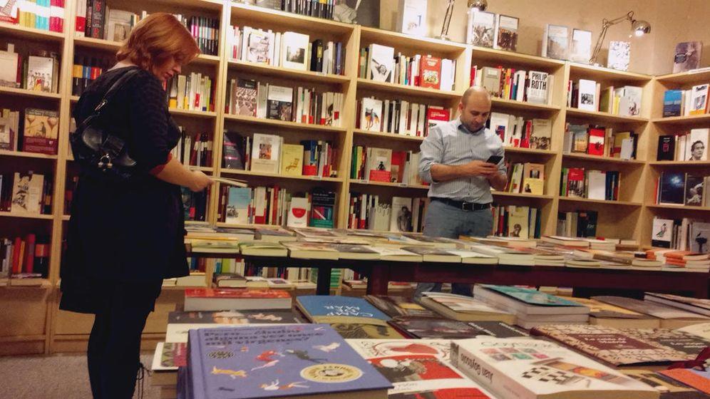 Foto: Dos lectores, en la librería Cervantes y compañía, de Madrid