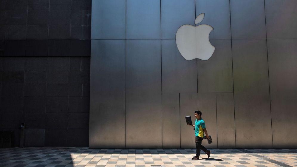 Foto: Un hombre camina frente a una tienda de Apple en Pekín. (Reuters)