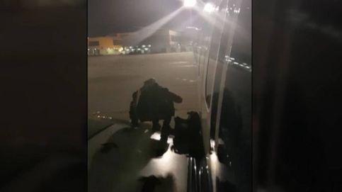 Un pasajero de Ryanair desembarca por un ala del avión en Málaga