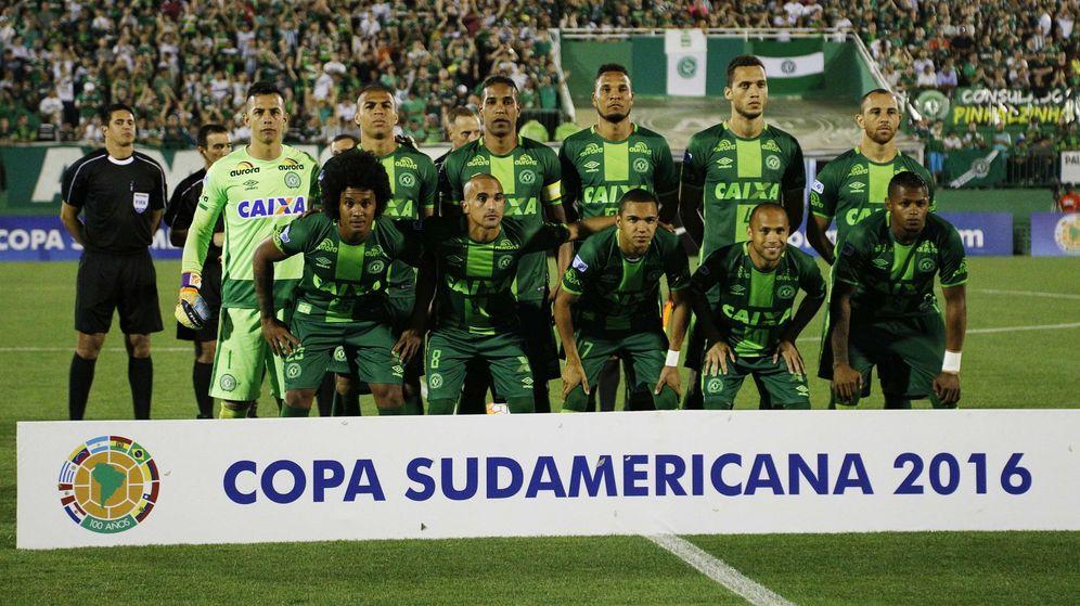 Foto: El equipo Chapecoense, con Cléber Santana, tercero por la izquierda en la fila de arriba. (EFE)