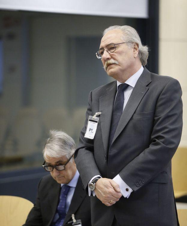 Foto: El expresidente de Caja Castilla-La Mancha, Juan Pedro Hernández Moltó (de pie), ayer en la Audiencia Nacional. (EFE)