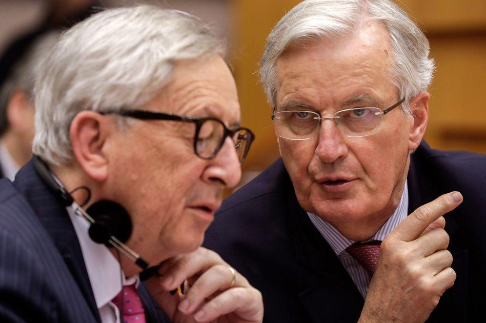 Foto: Jean-Claude Juncker (i), conversa con el jefe negociador de la Unión Europea para el brexit, Michel Barnier. (EFE)