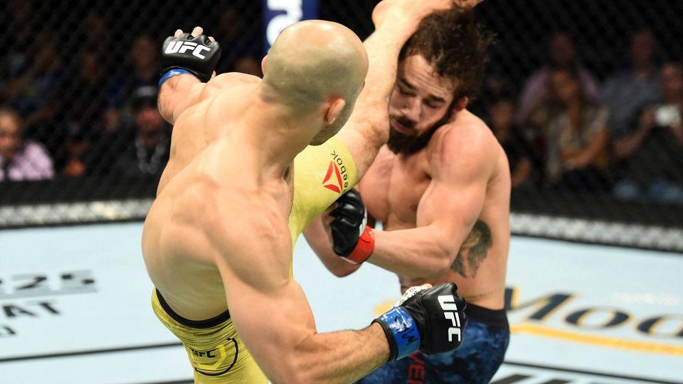 Foto: Morais patea a Rivera (Twitter @UFC)