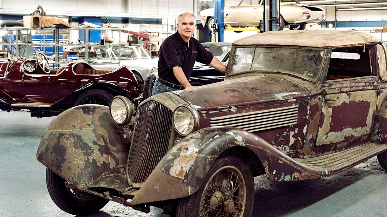 Foto: Paul Russell junto al Alfa Romeo 8C 2300 de 1932, un modelo diseñado por Vittorio Jano en 1931. (Fotografía: Oliver Roux)