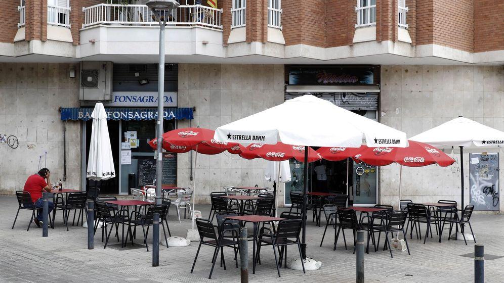 Foto: Aspecto de la terraza de un bar en el barrio de la Florida de L'Hospitalet (Barcelona). (EFE)