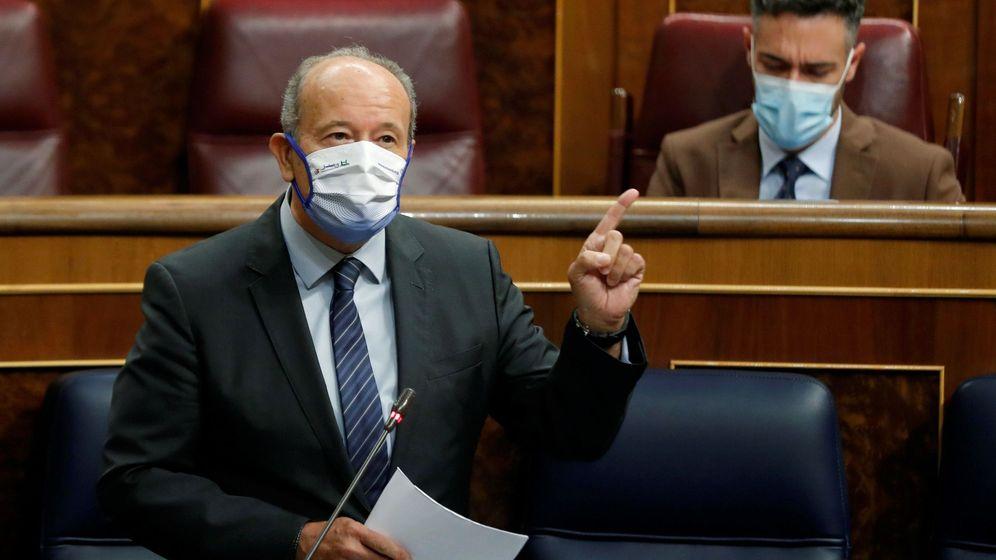 Foto: El ministro de Justicia, Juan Carlos Campo, durante su intervención en la sesión de control al Gobierno este miércoles en el Congreso. (EFE / Emilio Naranjo)