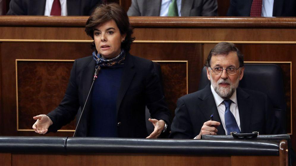Foto: La vicepresidenta del gobierno, Soraya Sáez de Santamaría, y el presidente del Gobierno, Mariano Rajoy, en la sesión de control al Gobierno. (EFE)
