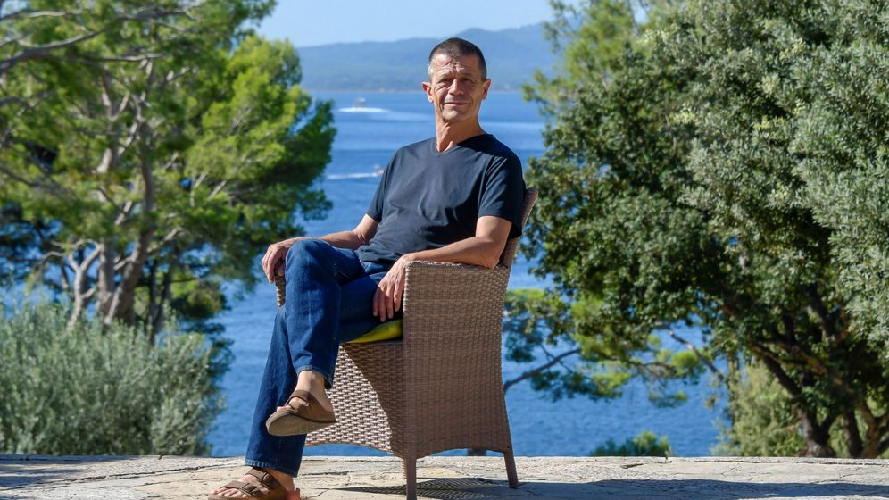 Foto: Emmanuel Carrère en Pollença, Palma de Mallorca. (EFE)