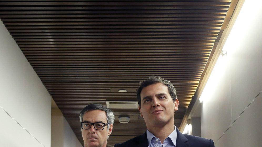 Foto: El líder de Ciudadanos, Albert Rivera (d), acompañado por el portavoz del partido en el Congreso, José Manuel Villegas (i). (EFE)