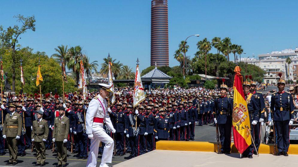 Foto: Sevilla recibe a los reyes en el Día de las Fuerzas Armadas. (EFE)