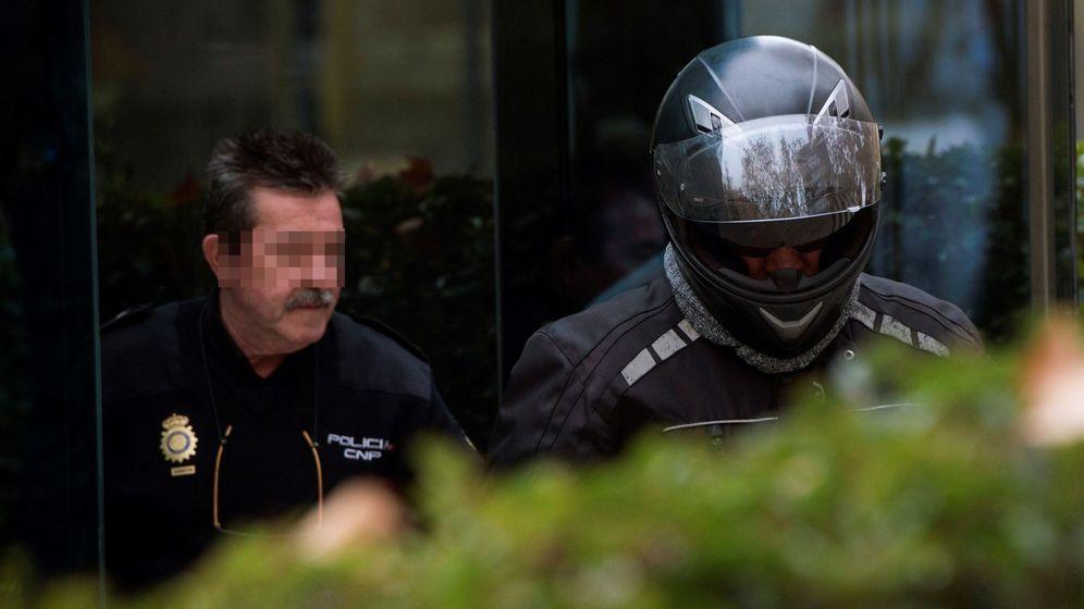 Foto: Sergio Ríos, exchófer de Bárcenas, con casco en la Audiencia Nacional. (EFE)
