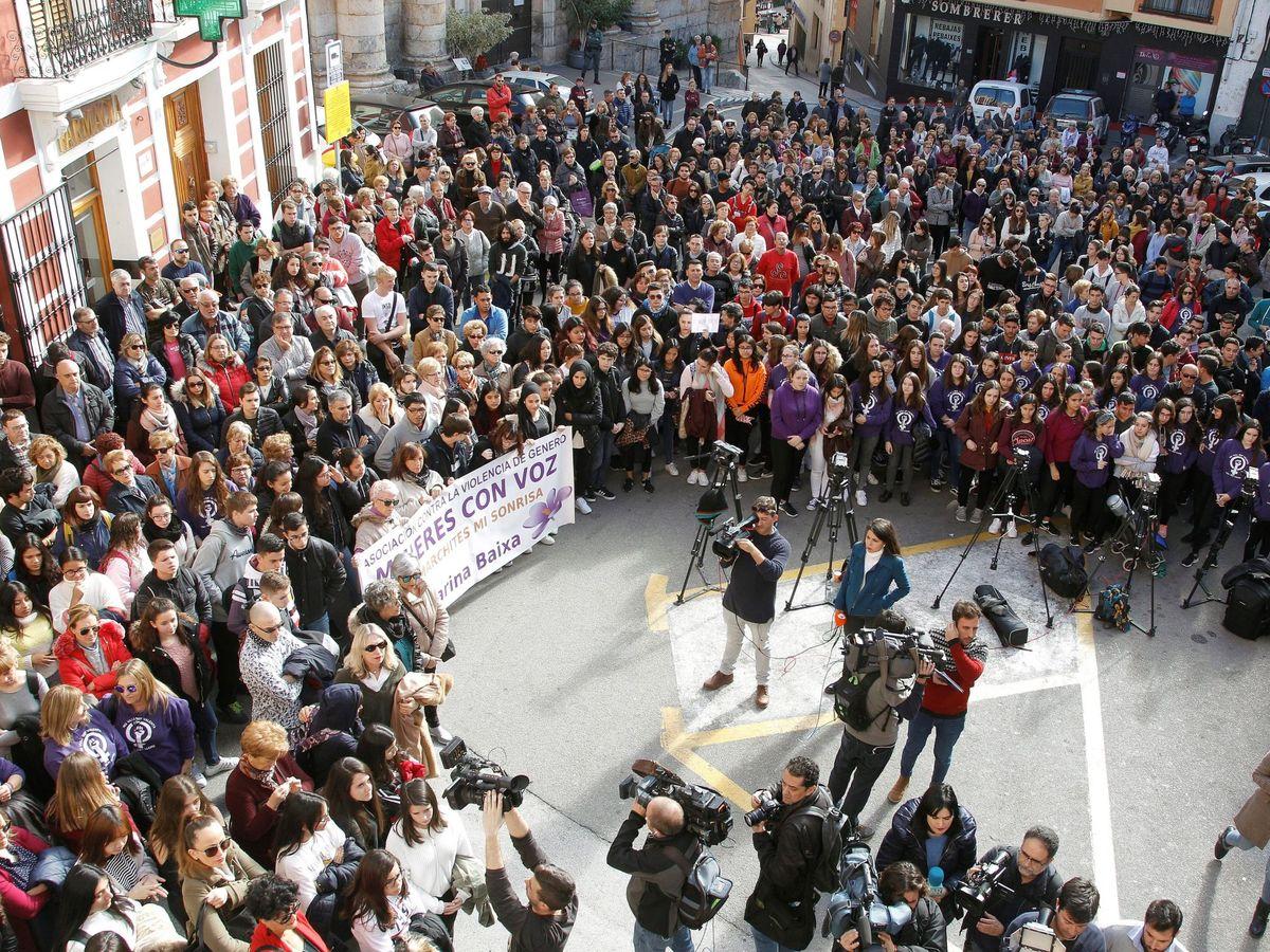 Foto: Los vecinos de Callosa d'En Sarrià (Alicante) en una concentración contra la presunta violación grupal. Foto: Efe