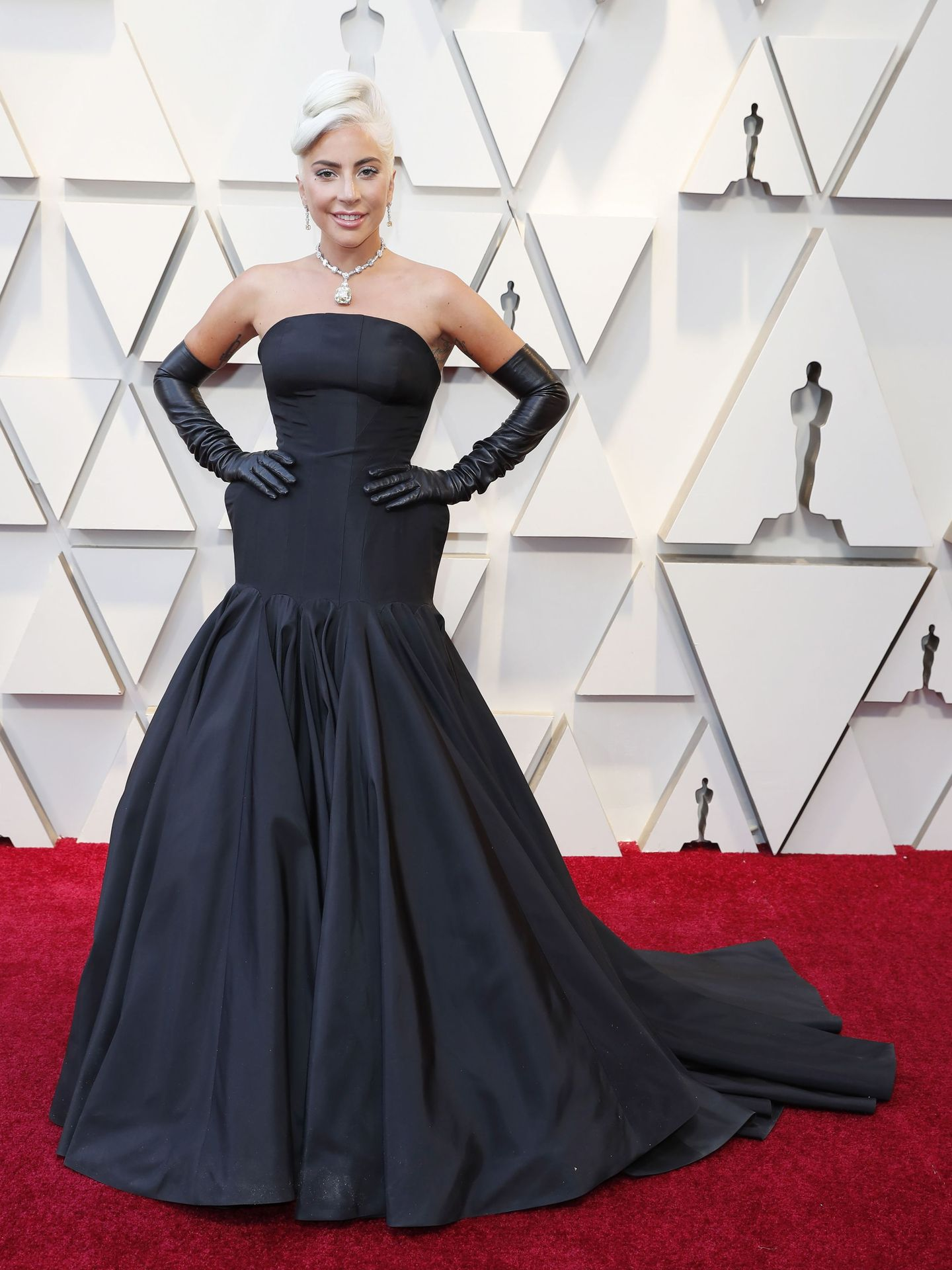 Lady Gaga a su llegada a la gala emulando a Audrey Hepburn. (Reuters)