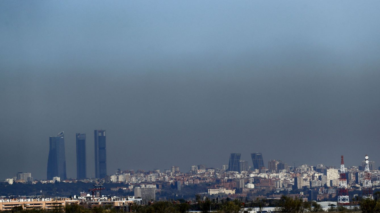 Foto:  Vista de Madrid con el parque empresarial de las Cuatro Torres (i), en el Paseo de la Castellana de Madrid, y las Torres Kio (d), cubiertas por la 'boina' de contaminación (10-03-2017)