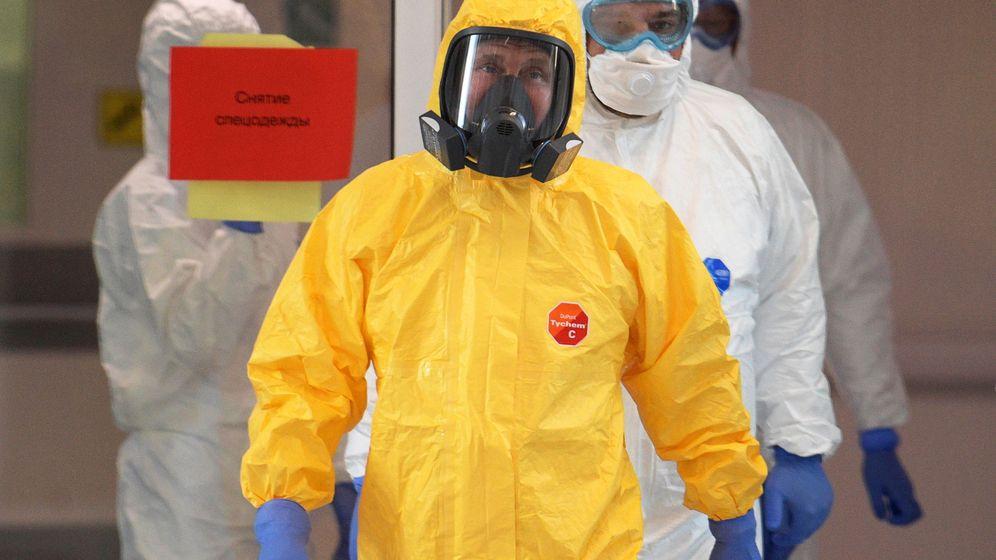 Foto: Putin se enfundó un traje de protección para visitar a los enfermos (EFE EPA/Alexei Druzhinin)