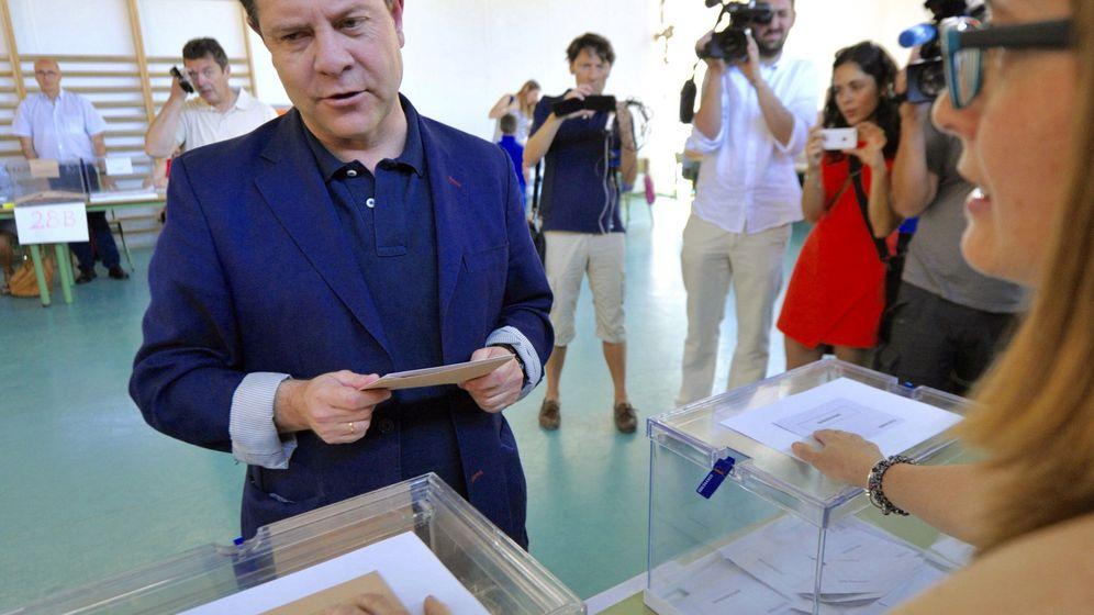 Foto: Emiliano García-Page, presidente de Castilla-La Mancha vota en Toledo. (EFE)