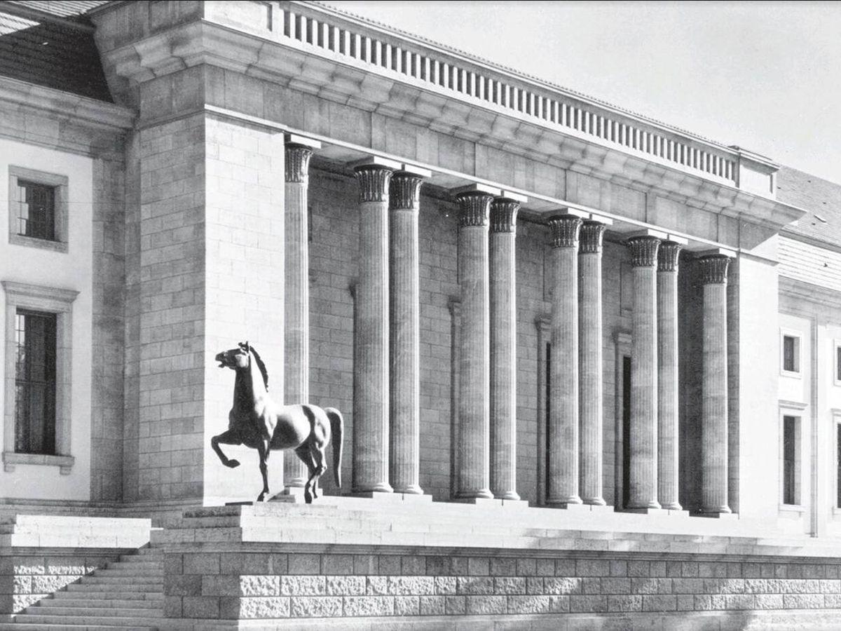 Foto: Uno de los caballos en la puerta de la cancillería del Tercer Reich