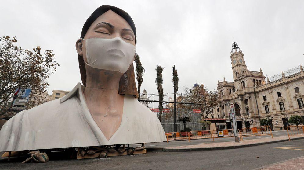 Foto: Imagen del remate de la fallas del Ayuntamiento de Valencia, sin quemar y sin gente a su alrededor el pasado 19 de marzo. (EFE)