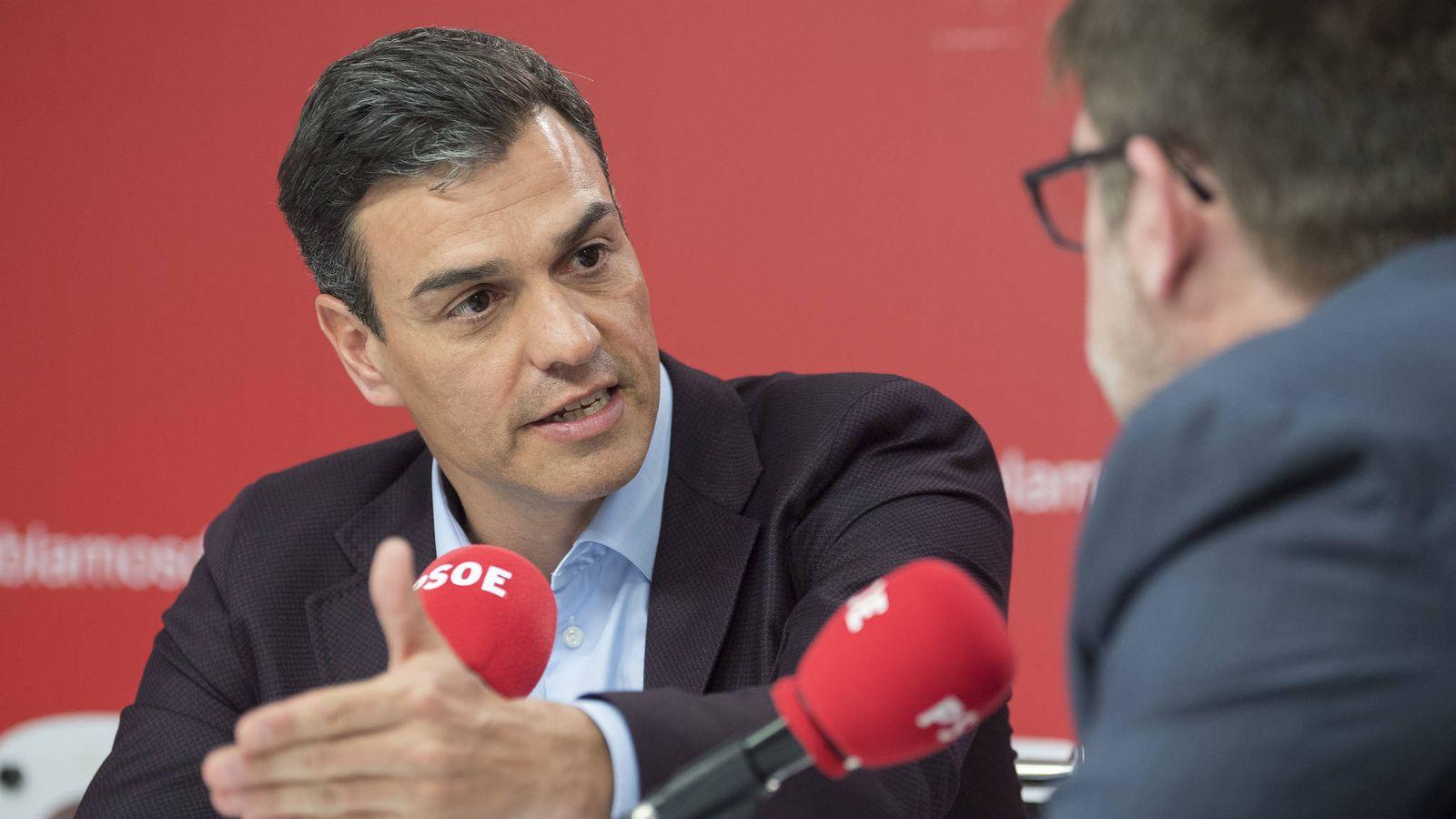 Foto: Pedro Sánchez, durante una entrevista con los directores de 'Cinco Días' y 'El Economista', este 5 de abril en Ferraz. (Borja Puig   PSOE)