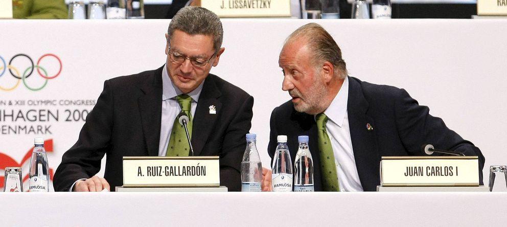 Foto: El ministro de Justicia, Alberto Ruiz-Gallardón, conversa con el rey Juan Carlos. (EFE)