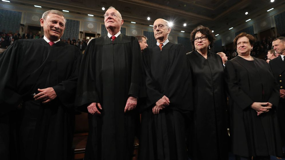 Foto: John Roberts, Anthony Kennedy, Stephen G. Breyer, Sonia Sotomayor y Elena Kagan esperan la llegada de Trump al Congreso, en Washington. (Reuters)