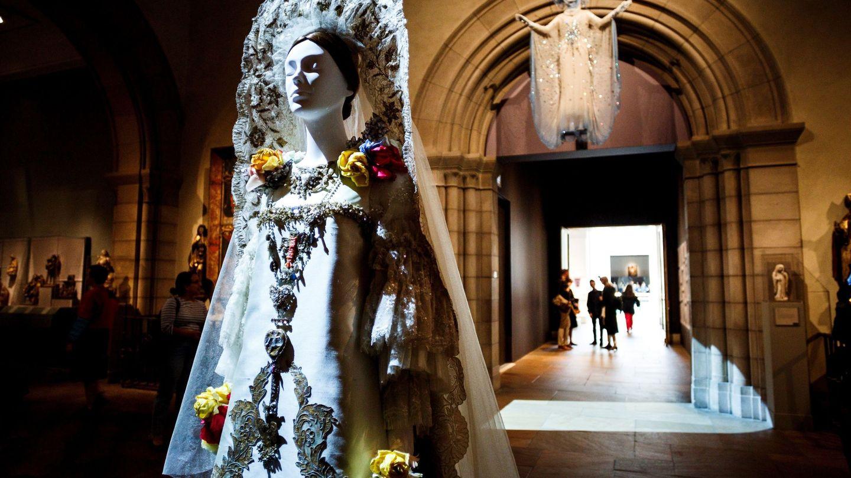 Vista de la creación de Christian Lacroix 'Wedding Ensemble', en el Instituto del Traje del Museo Metropolitano de Arte de Nueva York. (EFE)