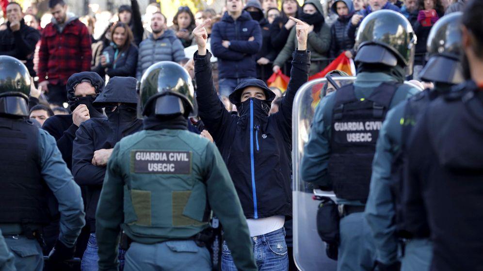 Foto: Efectivos de la Guardia Civil frente a una manifestación en Alsasua. (EFE)