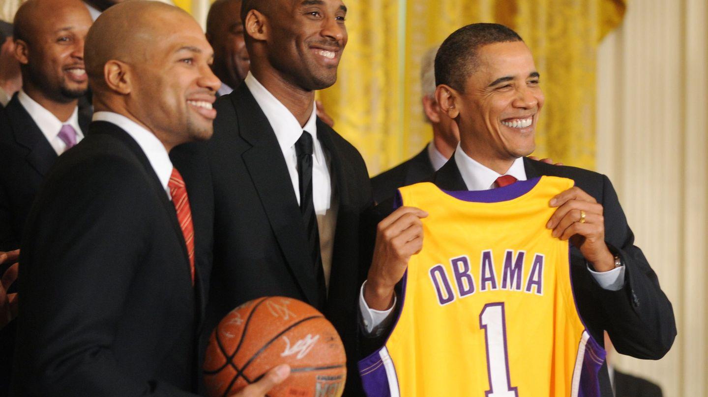 Kobe Bryant, con el expresidente Obama. (Reuters)