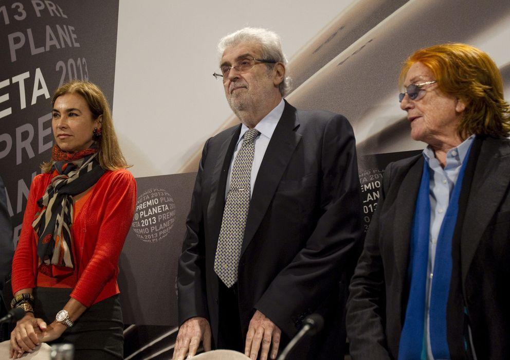 Foto: El presidente del Grupo Planeta, José Manuel Lara (c), junto a las miembros del jurado, Carmen Posadas (i) y Rosa Regàs. (EFE)