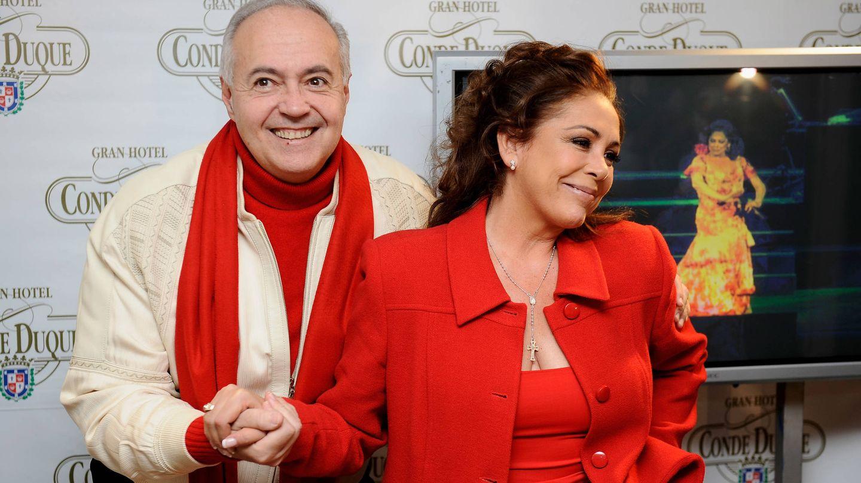 José Luis Moreno e Isabel Pantoja, en la presentación de 'Así es la vida. El musical', en 2010. (Getty)