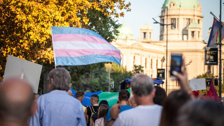 Bandera de orgullo transgénero durante una manifestación en Belgrado (iStock)