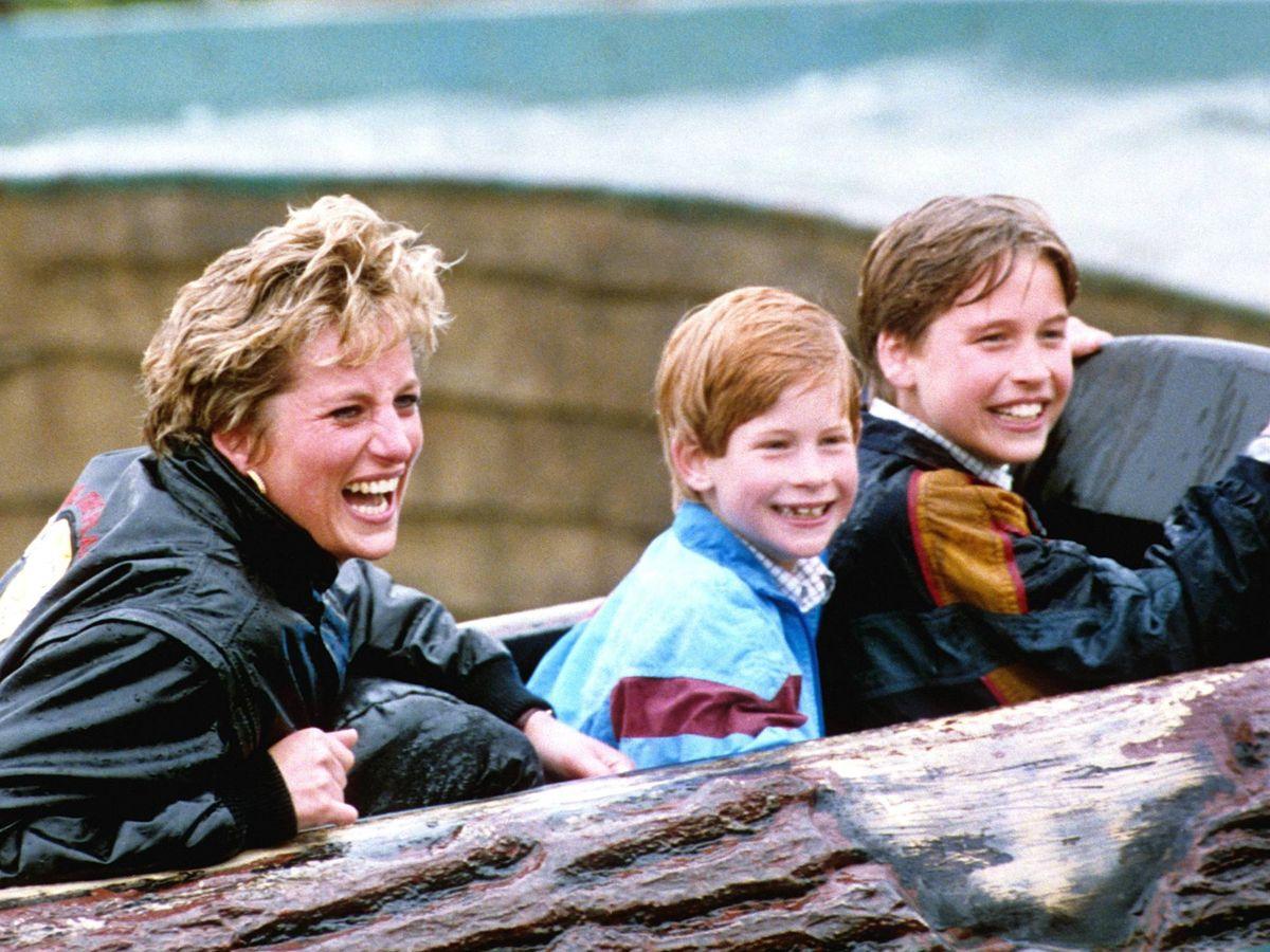 Foto: La princesa Diana, junto a Harry y Guillermo en el Thorpe Park. (Cordon Press)