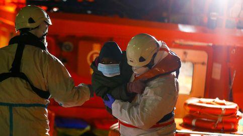 Un migrante fallecido y cuatro graves por hipotermia en un cayuco con 52 personas en El Hierro