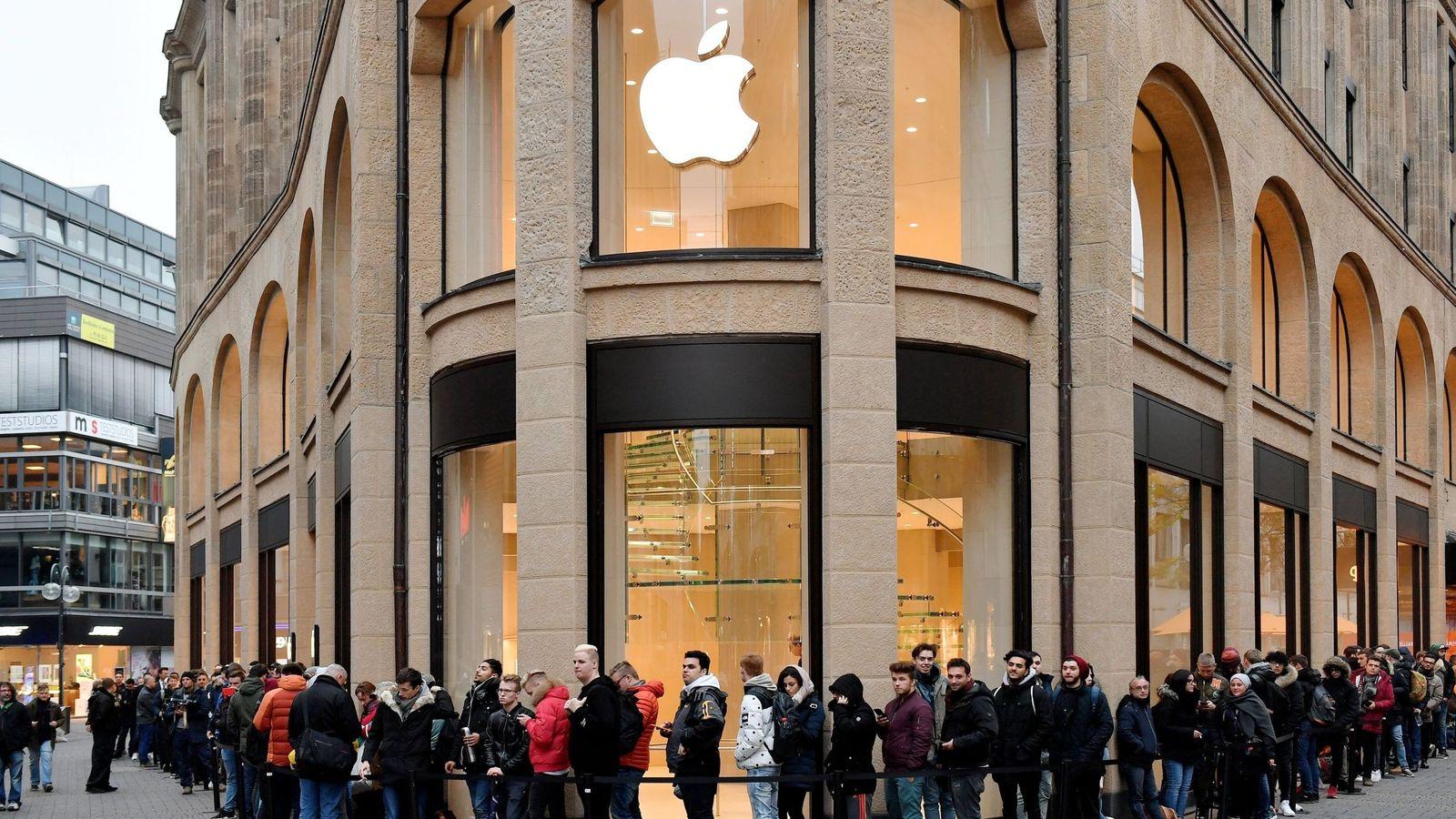 Foto: Colas delante de una tienda de Apple (Efe)