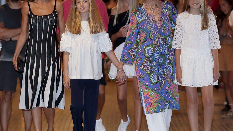 La reina Letizia junto a sus hijas y la reina Sofía a la salida del Auditorio de Palma de Mallorca tras presenciar 'El lago de los cisnes en 2019. (EFE)
