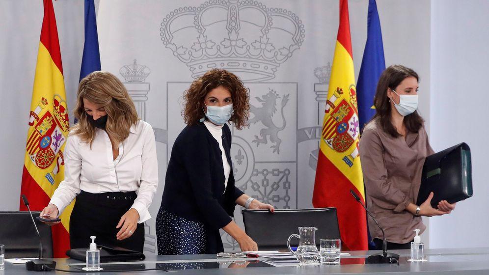 Foto: La ministra de Hacienda y portavoz del Gobierno, María Jesús Montero (c), la ministra de Trabajo, Yolanda Díaz (i), y la ministra de Igualdad, Irene Montero, tras el Consejo de Ministros. (EFE)