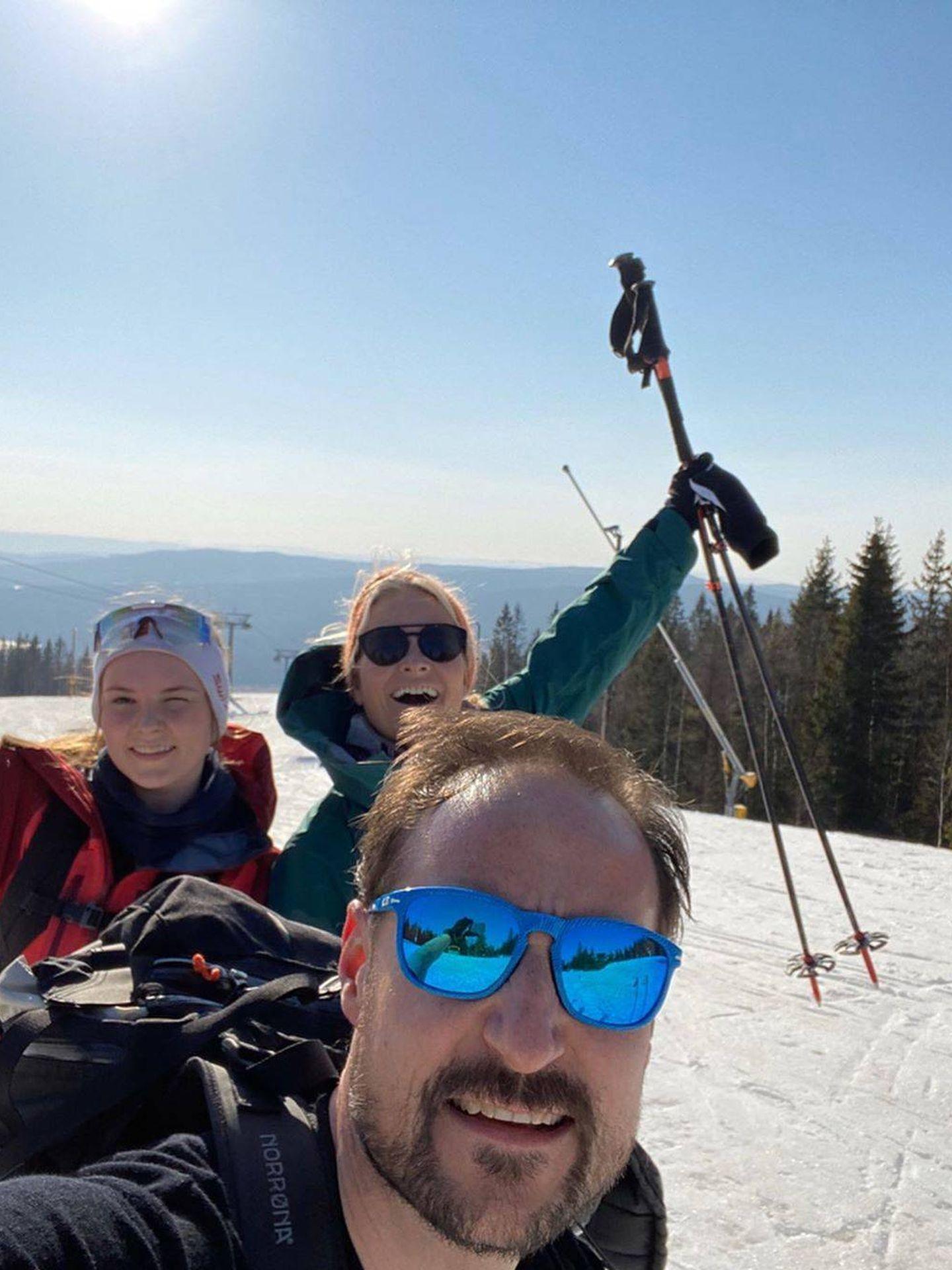 Haakon, Mette-Marit e Ingrid Alexandra. (@crownprincessmm)