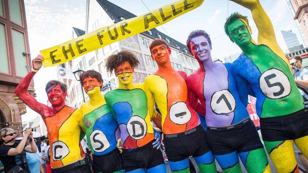 Foto: Manifestantes pintados con los colores del arcoiris enarbolan una pancarta que dice Matrimonio para todos, en Frankfurt, el 18 de julio de 2015. (EFE)