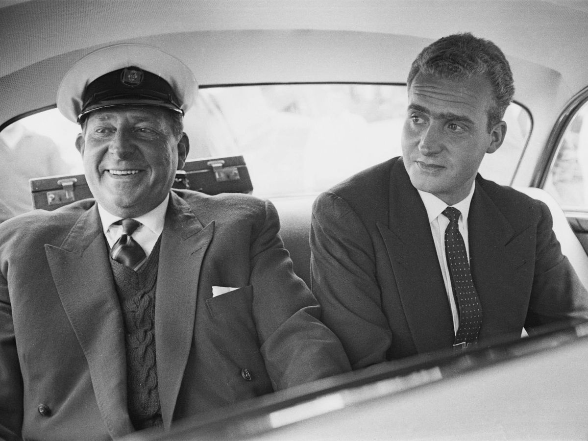Foto: Don Juan Carlos, junto a su padre. (Getty)