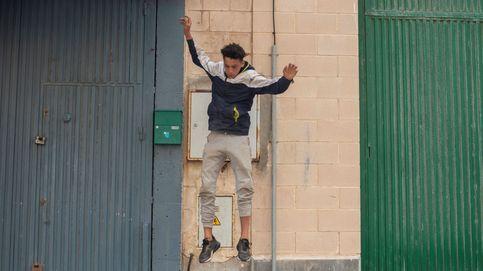 Herido grave un migrante al caer del techo de la nave donde están los menores en Ceuta