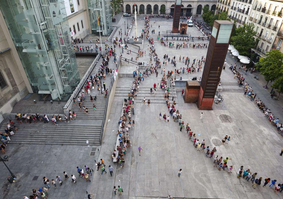 Foto: La larga fila de espectadores a la espera de ver la exposición de Salvador Dalí, en el Museo Reina Sofía. (EFE)