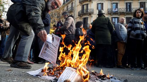 Unos 200 independentistas queman ejemplares de la Constitución en Barcelona
