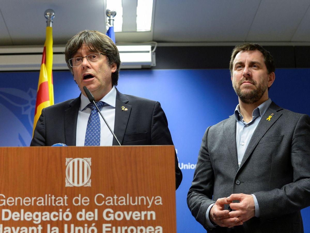 Foto: El expresidente de la Generalitat Carles Puigdemont y el 'exconseller' Toni Comín dan una rueda de prensa en Bruselas tras la sentencia del TJUE. (Reuters)