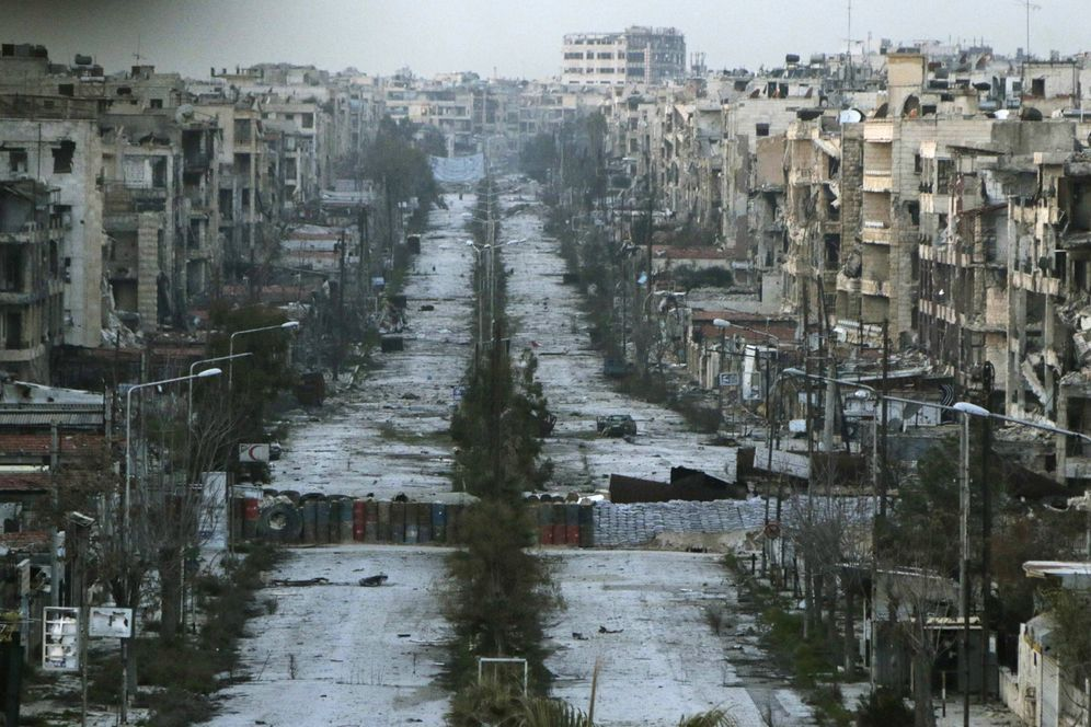 Foto: Vista del distrito de Saif al-Dawla, destrozado por los bombardeos, en Alepo. (Reuters)