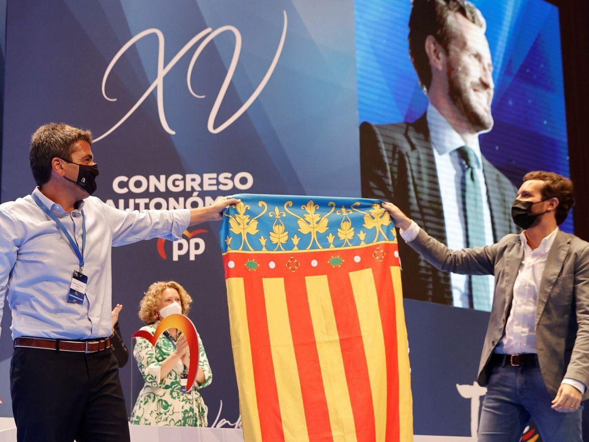 Foto: El líder del PP, Pablo Casado, con Carlos Mazón y la 'senyera' valenciana. (EFE)