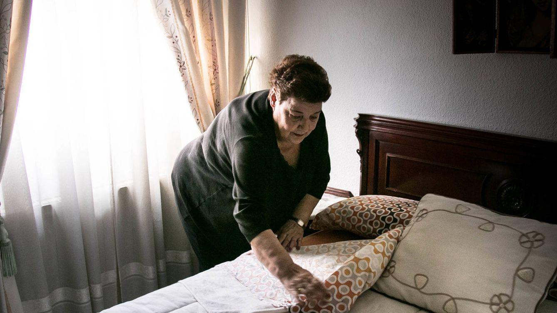 Foto: Felicidad hace su cama en la casa donde lleva diez años viviendo sola. (Foto: Brenda Valverde)