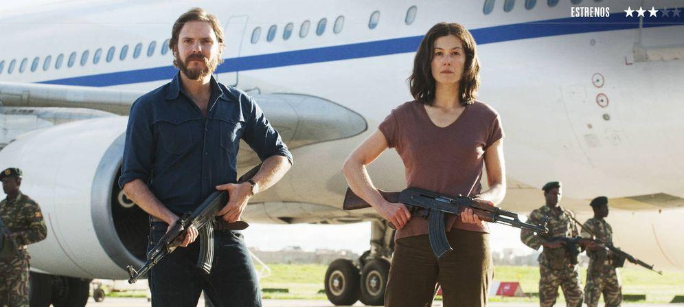 Foto: Daniel Brühl y Rosamund Pike protagonizan '7 días en Entebbe'. (E One)