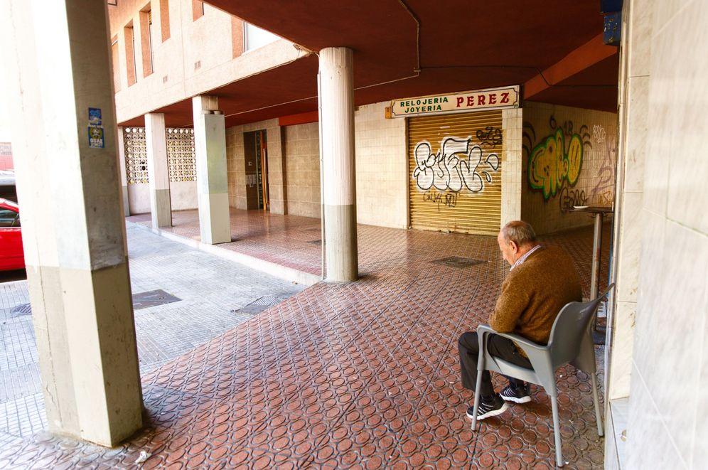 Foto: Portal en el que fue atracada el pasado domingo la mujer de 75 años, que ha fallecido este martes. (EFE)
